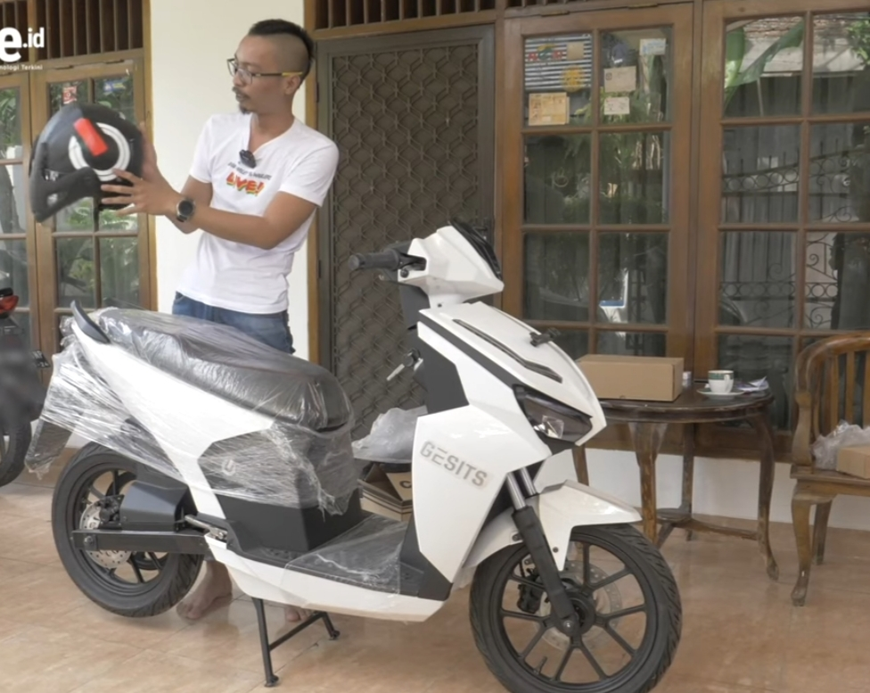 FOTO: Unboxing Paket Pembelian Gesits Motor Listrik Lokal