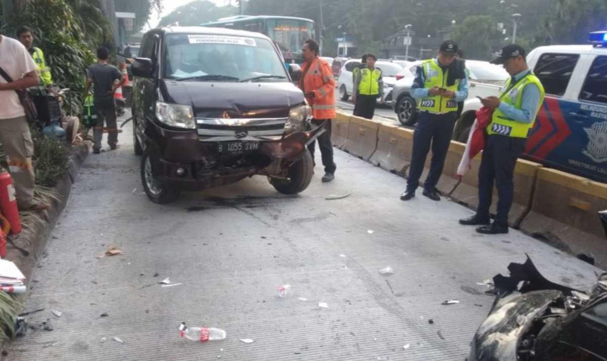 BR-V dan APV Tabrakan Adu Banteng di Jalur Transjakarta, Kok Bisa?