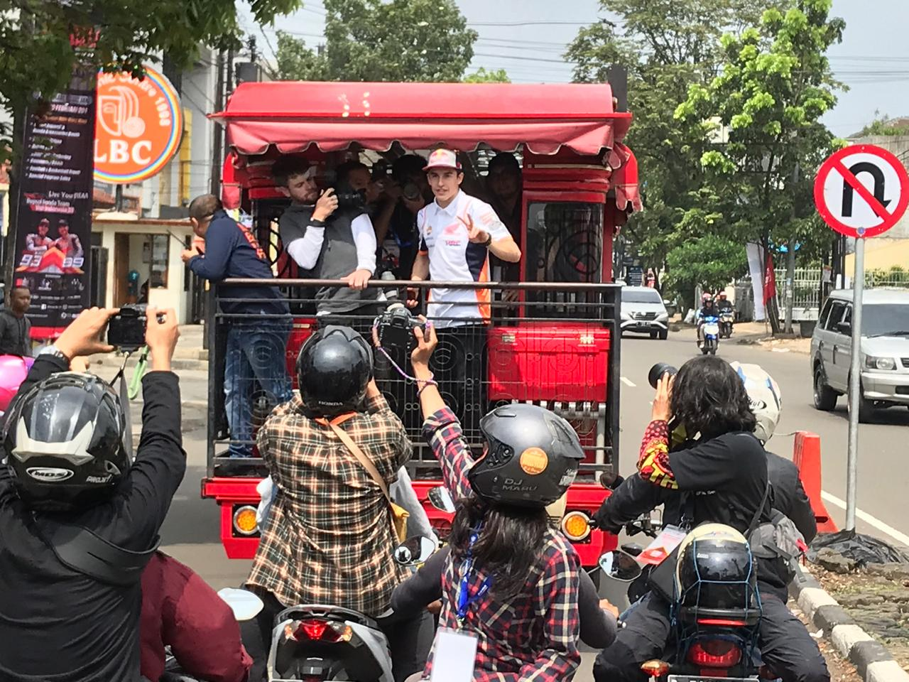 Plesiran di Bandung, Marc Marquez Naik 'Bandros'