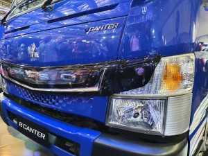Bagian depan ada emblem FUSO yang dilengkapi lampu ilumination warna biru, jadi lebih meriah