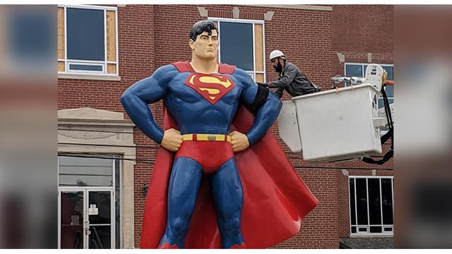 Superman Beri Penghormatan Terakhir untuk Stan Lee