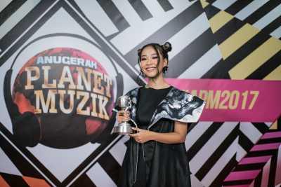 Gloria Jessica Raih Best New Female Artiste Anugerah Planet Muzik 2017