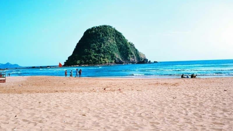 Pantai Pulau Merah Banyuwangi, Ombaknya Menjadi Incaran Peselancar Mancanegara
