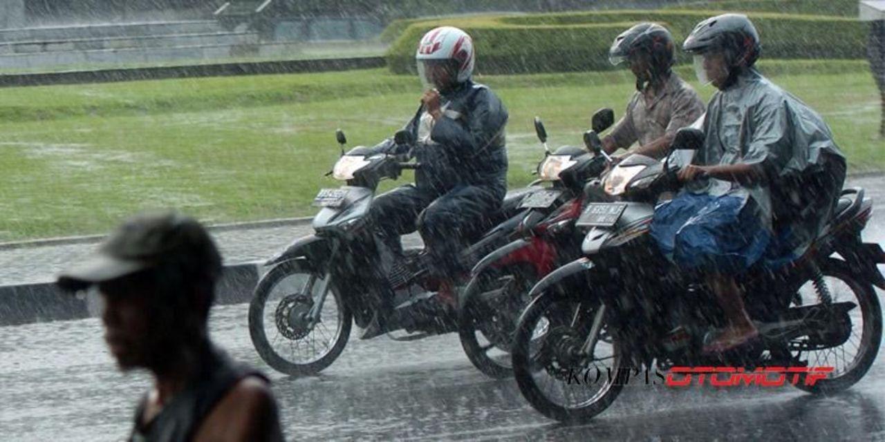 Cara Rawat Helm yang Kena Air Hujan