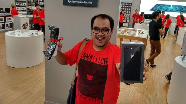 iPhone X Dijual, Pembeli Pertama Antre Sejak Mall Belum Buka