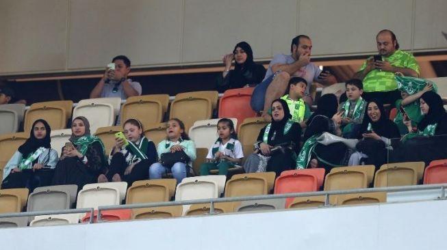 Sejarah Baru, Perempuan Arab Saudi Nonton Sepakbola di Stadion