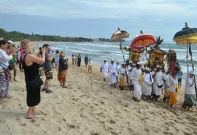 Libur Panjang, Pantai Kuta Dipenuhi Wisatawan