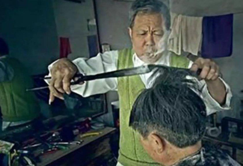 Tukang Cukur Ini Potong Rambut Pelanggannya Pakai Besi Panas