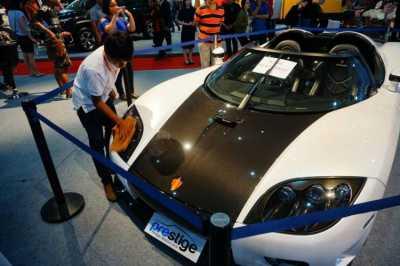 Susahnya Menjaga Mobil Super dari Serbuan Pengunjung