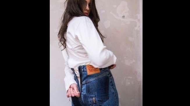 Bikin Melongo, Celana Jins Ini Resletingnya Sampai Bokong