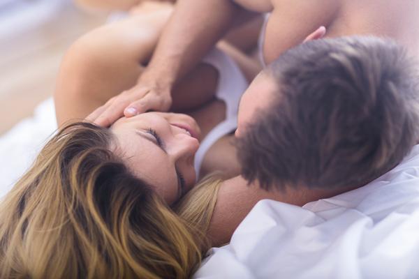 4 Cara Asyik Panaskan Sesi Foreplay