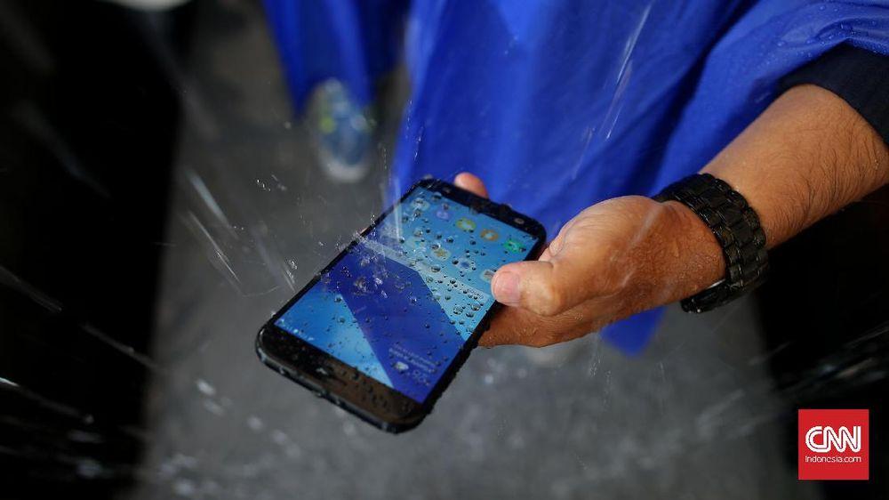 Penyebab Sinyal Seluler Timbul Tenggelam Saat Hujan