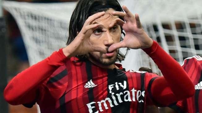 Eks Bek Milan Cari Klub via Linkedln