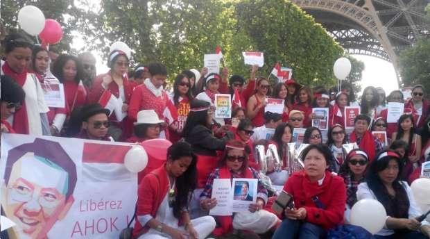Warga Indonesia di Paris Gelar Aksi Dukung Ahok di Eifel