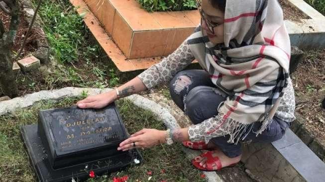 Ziarah Makam, Nikita Mirzani: Miss You So Much Ma, Pa