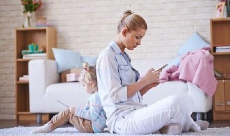Ibu Kecanduan Gadget, Ini Dampaknya Buat Anak