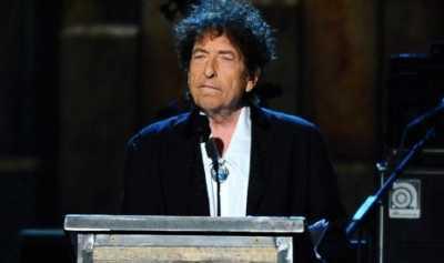 Bob Dylan Terima Penghargaan Nobel dalam Pertemuan Tertutup