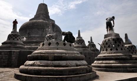 Menjauhkan Lumut dari Candi Borobudur
