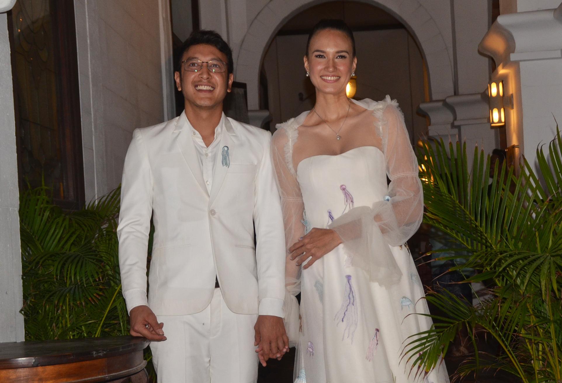 Jelang Pernikahan, Dimas Anggara Terbalik Memakai Baju Pengantinnya