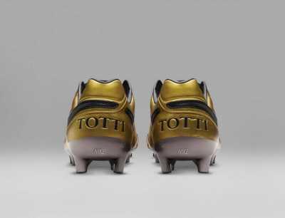 Francesco Totti Dibuatkan Sepatu Emas oleh Nike