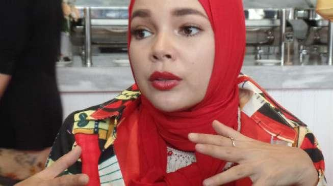 Di Foto Ini, Pharrell Williams dan Dewi Sandra Pakai Baju Muslim
