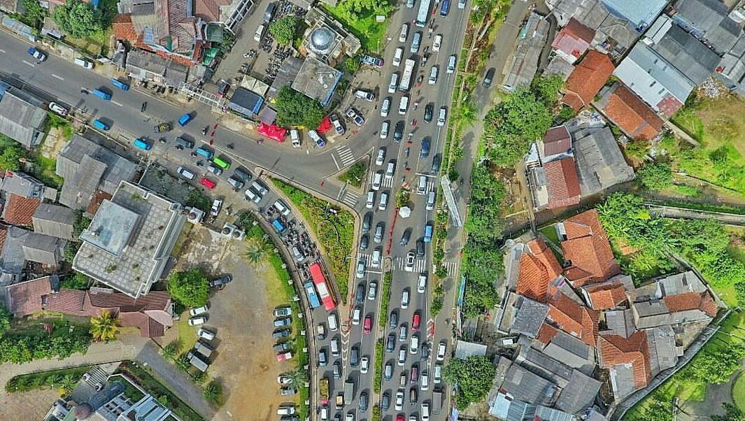 Foto Kemacetan Puncak via Drone Saat Libur Panjang