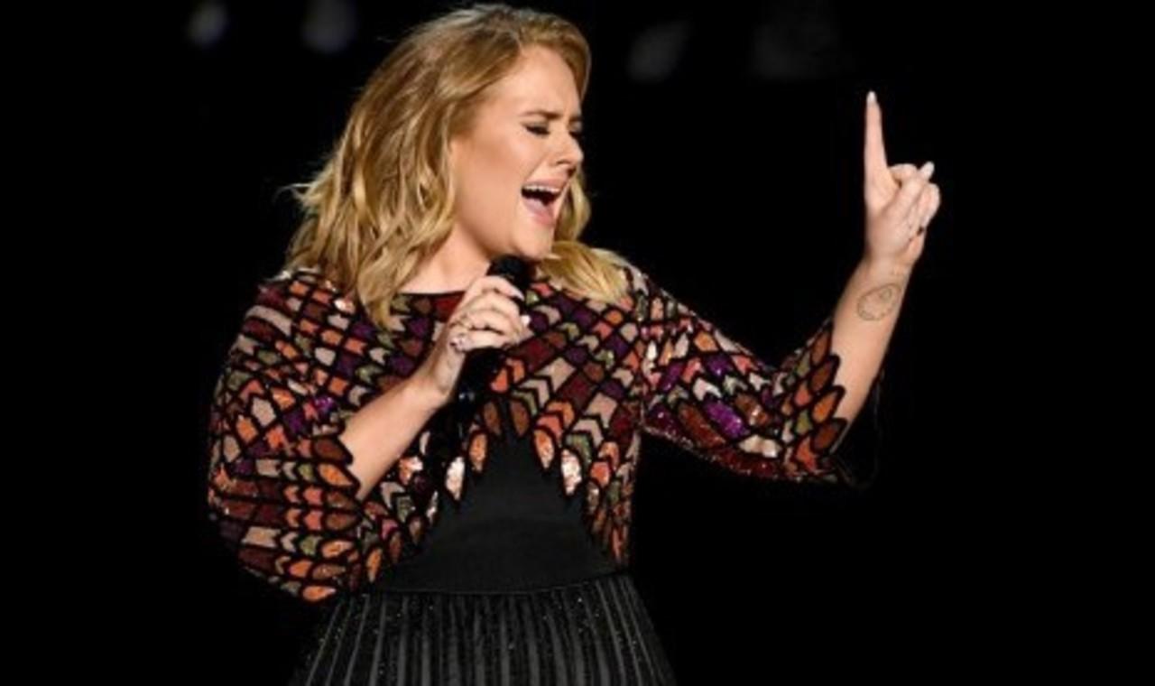Adele Nyaris Jatuh di Panggung Saat Konser di Australia