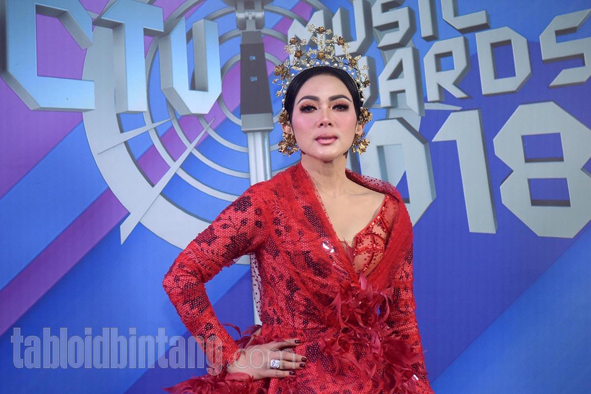 Syahrini Pakai Hiasan kepala Seberat 30 Kilogram di Konser 10 Tahun Berkarya