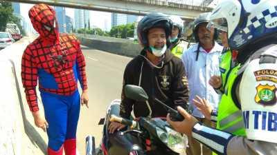 Aksi Spiderman Usir Pemotor Nakal di JLNT Casablanca