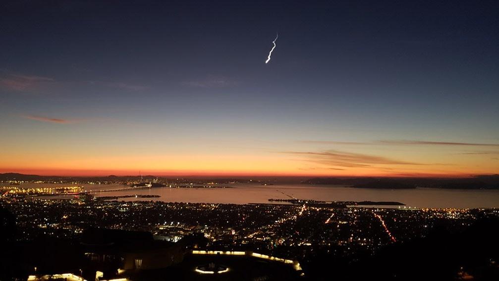 Cahaya Misterius Hiasi Langit California, Dari Mana Asalnya?