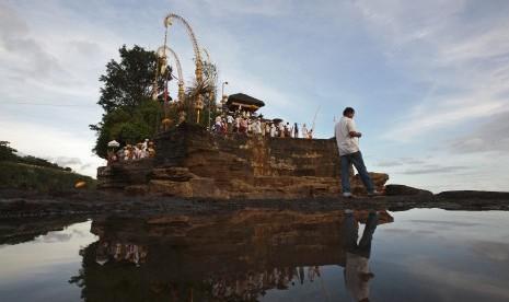 Ritual Pujawali Tarik Minat Wisatawan ke Tanah Lot