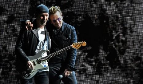 U2 Hibur Petugas Pemadam Kebakaran London